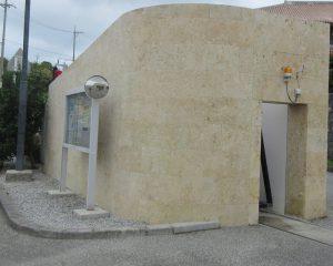 建築されて約35年になる琉球石灰岩の外壁を美観復元