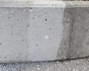 コンクリートの黒カビ防止テスト施工 - 左側が洗浄のみ、中央がコーティング施工済、右側が既存。