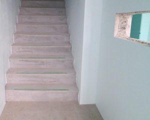 全てをコーティングするのではなく、玄関や階段など目立つ部分でも施工すると水染みやクラックの予防にもなります。
