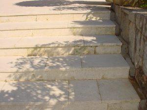 階段の劣化した琉球石灰岩を復元特殊コーティング完了
