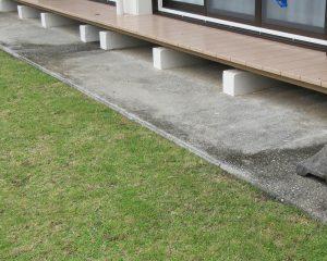黒カビが発生してる経年劣化した縁側のコンクリート