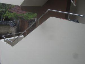 今回は、アパートの手摺り部分のステンパイプのコーティングです!