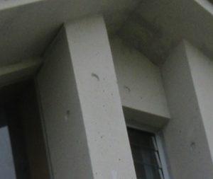 Vカットせずに表面被覆工法でクラック補修した打ちっぱなしコンクリートの外壁