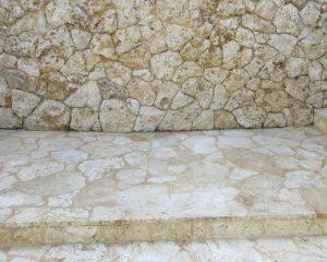 明るく綺麗な淡黄蘗色の琉球石灰岩に復元