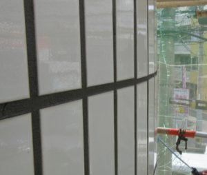 外壁タイルの落下防止コーティング施工中