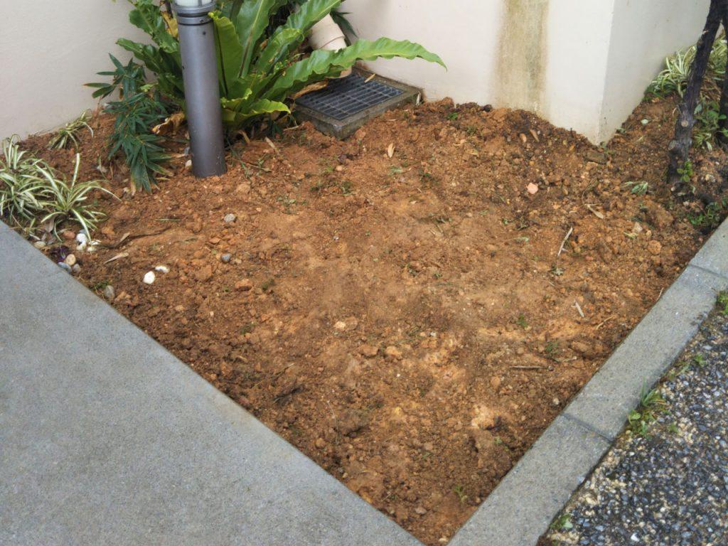 お庭の土壌作り中