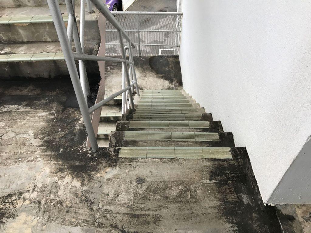 表面被覆工法施工前の階段