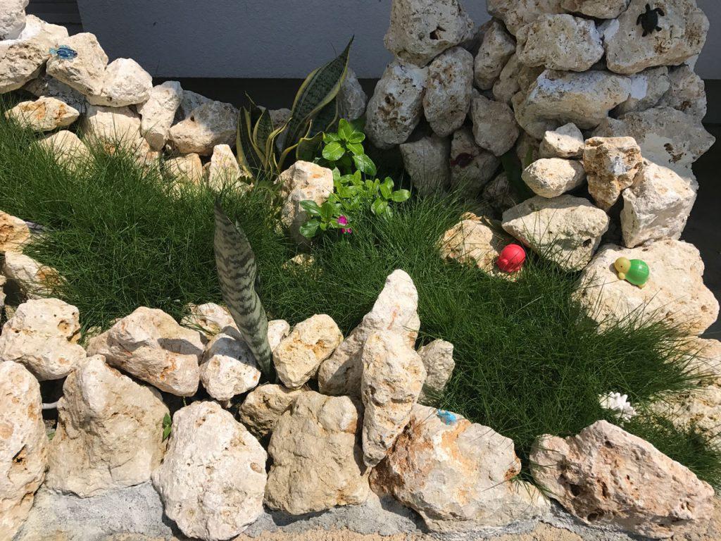 琉球石灰岩アレンジメント 琉球石灰岩と洋芝を演出の石庭