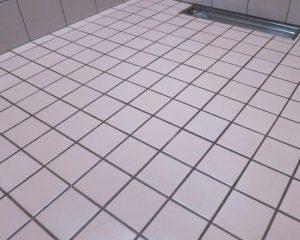 お風呂のタイル目地をしっかりコーティングで遮断します。