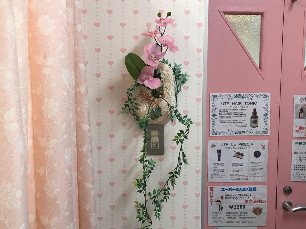 琉球石灰岩アレンジメント特殊加工の壁掛けと胡蝶蘭造花 作品番号ME-001