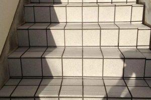 階段タイル(段鼻タイル)のリフレッシュ特殊コーティング施工